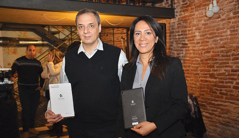 Ariel Orzejovsky, Country Manager de Alcatel para Uruguay y Vicky Ponce, Directora de Smart Connectivity y E-commerce de Alcatel Latinoamérica