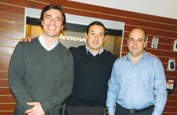 David Anzuatte, Jefe de producto de Cut Sizes de Starcenter  junto con Nicolás Ferrato, Sales Representative de Orink y Nicolás Pose