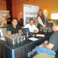 Foto Mario Sánchez de Blackberry, Raúl Holguin de Intcomex con John Pérez de Compumania, C.A.