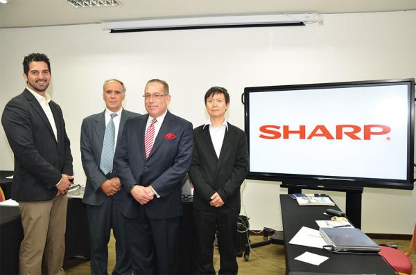 Omar Prieto, Gte. de Desarrollo de Empresarial de SHARP, Marcelo Santiago,  de EMME SISTEMAS S.A., Louis Vaszquez, Gte. de Cap. de Ventas para SHARP USA y Osamu Kobayashi, Director de SHARP.