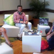Foto Leonardo Iyescas de Klip Xtreme (medio) con Juan Ramírez de PC Tronics y Ángela Gil de Acvent Mercadeo